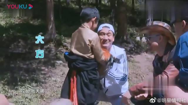 徐锦江戏里戏外判若两人,交手机前还不忘自拍,可爱爆了