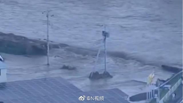 """一货船在日本川崎遭遇强台风""""海贝思""""沉没,"""
