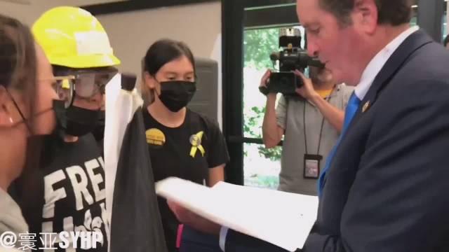一群贼子在戴维斯向美国共和党议员斯科特·彼得斯递交签名