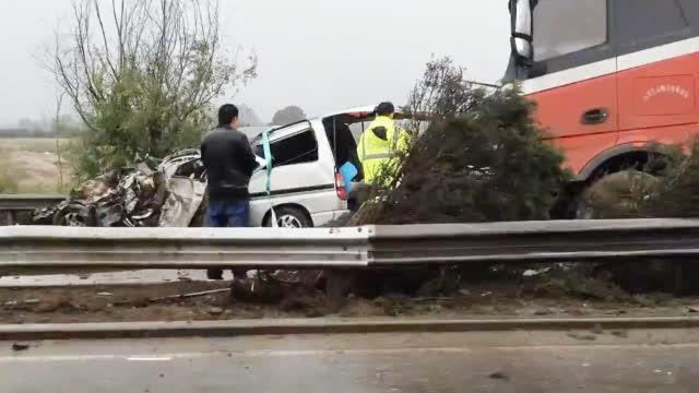 山西高速上一大货车与面包车相撞致6死2伤 面包车被撞成麻花状
