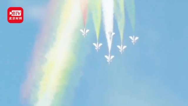 """歼-20,运-20!新型主力战机空中炫舞 """"手持彩笔""""画出艳丽彩虹"""