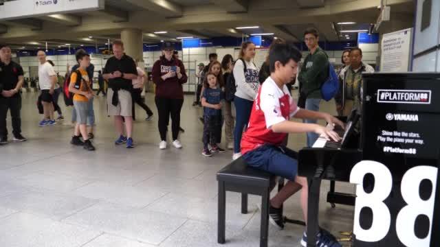 伦敦的地下广场,一个少年用公共钢琴弹起了《冰雪奇缘》的主题曲
