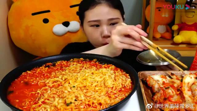 韩国大胃王小妹吃大碗煮泡面,搭配辣白菜吃很过瘾