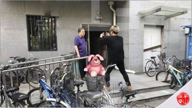卖字、卖合影、有偿帮录祝福视频,赵忠祥的赚钱方式该不该被嘲?