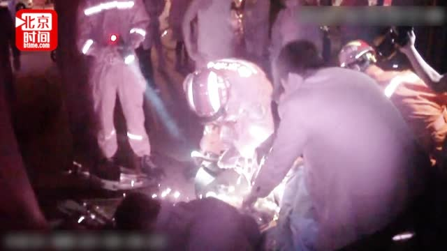 男童手臂卷入传动带 消防员破拆救援 协警用手臂挡火花多处被烫伤