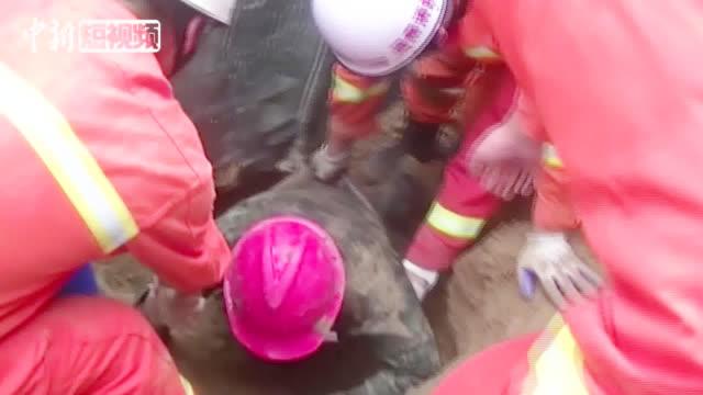 """河南商丘3名工人被埋下水道命悬一刻  消防""""跪地""""徒手救援"""
