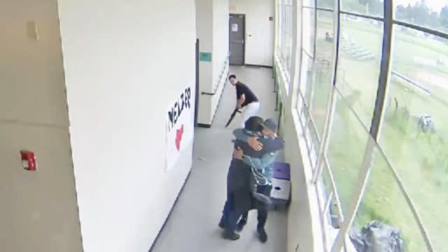 学生带枪进校园企图自杀 老师将其紧紧抱住