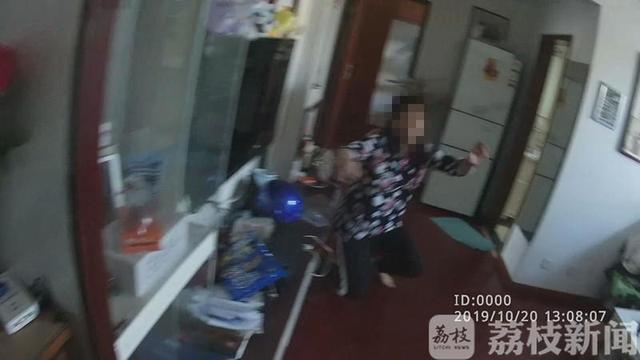 """15岁男孩称被""""家暴""""警察变身""""小哥哥""""化解母子隔阂"""