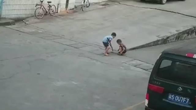 小孩玩耍期间被货车碾压身亡,监控拍下全过程