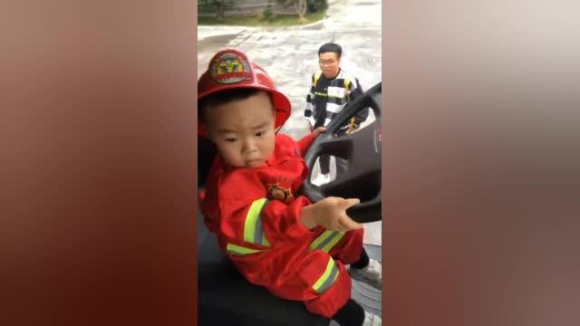 """萌娃参观消防站:""""嗯?这个消防车为啥没呜哇呜哇呜哇?"""""""