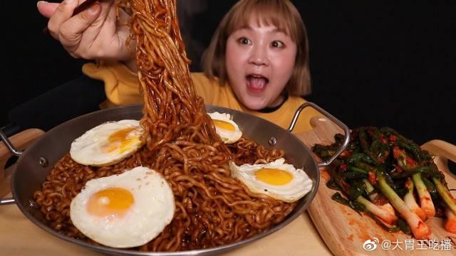 杨慧智小姐姐炸酱面、煎蛋和葱泡菜