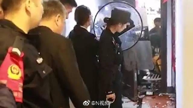 """安徽合肥一""""老赖""""暴力抗法,飞掷菜刀砸向警员,被拘留15日"""
