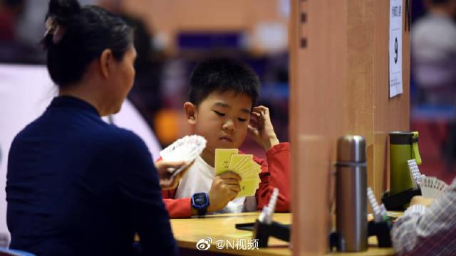 """老少同台""""赛桥牌"""",东莞市民运动会桥牌比赛最小选手仅11岁!"""