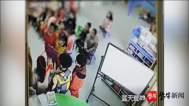 视频:我看着想哭!幼儿园小朋友排队自扇耳光,扇几下看看老师又继续扇