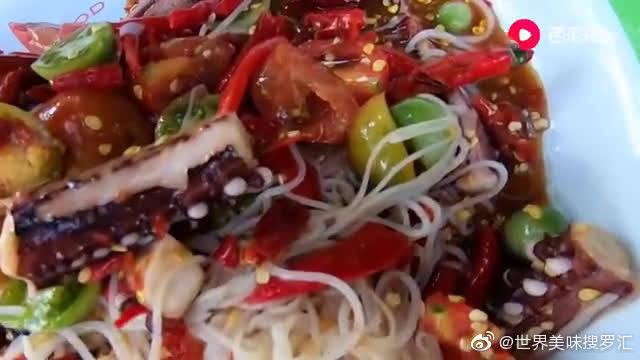泰国大姐姐的香辣章鱼抓蔬菜沙拉和小萝卜吃播表演