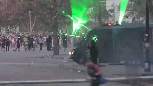 智利首都圣地亚哥,抗议者使用激光指示器对付防暴警察。