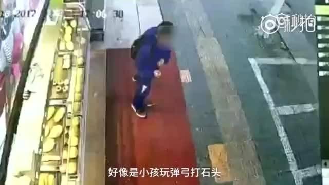 2017年12月份事件回顾:小学生用弹弓打车,被车主爆踹数脚