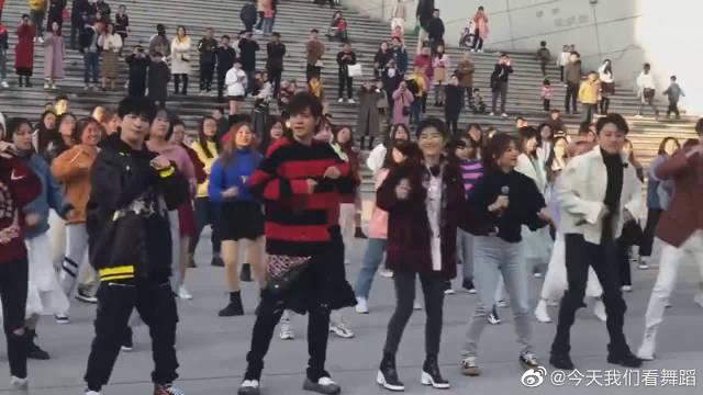 罗志祥、谢娜、陈嘉桦、大张伟嗨唱转起来,广场舞录制~~