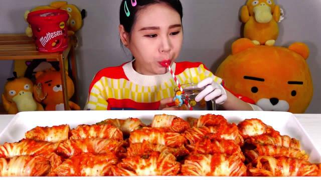 卡妹今天吃一桌泡菜包饭