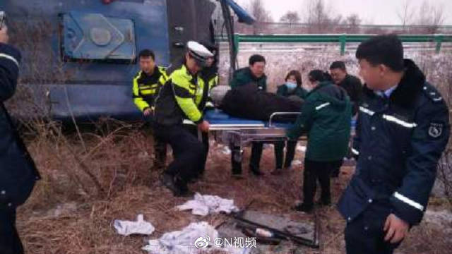 内蒙古一大客车发生侧翻事故,造成53人受伤