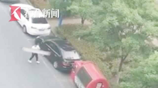 """监控让人震惊!喝醉酒把路边6辆车砸了 男子""""发酒疯""""被判刑"""