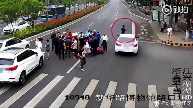 男子凑热闹看交通事故!结果自己被撞…… 所以说没事别凑热闹!