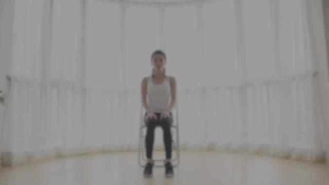 瑜伽教程用椅子塑型懒到不想离开床、不想离开沙发、不想离