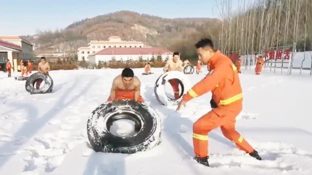 """挑战""""天然冰桶"""" 消防员告诉你什么叫特种兵"""