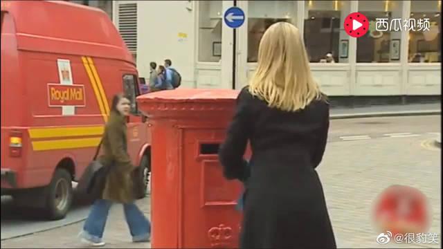 外国搞笑恶作剧,落入信箱里的狗狗,路人要被警察捉了