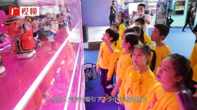 1月23日,海心沙AI花市开幕第二天。AI花市迎来广州日报小记者前来探店