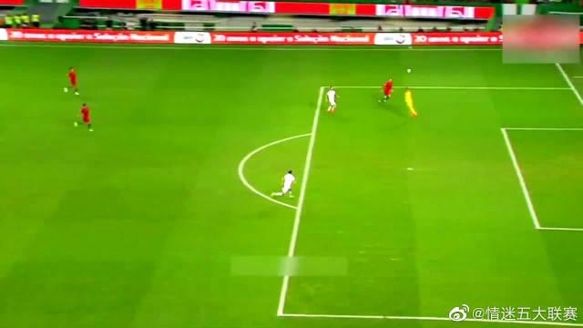 C罗在葡萄牙队就是神,想怎么踢就怎么踢,天赋得到完美发挥