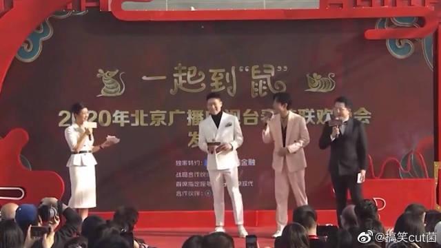 肖战北京春晚发布会清唱《常回家看看》,忘词反应太有趣了