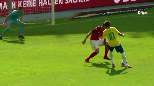 内马尔作为巴西队的一哥,带球过人堪称毁灭级,对手崩溃