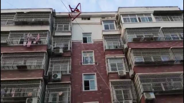 屋顶太阳能热水器突发垮塌 正下方就是楼梯口