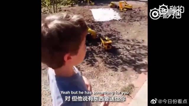 一个患有自闭症的小男孩,非常喜欢垃圾车。