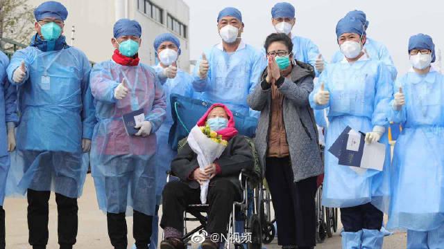 98岁!雷神山最高龄新冠肺炎危重症患者康复,医护人员送其出院
