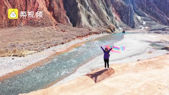 万物复苏不扎堆,新疆居民到大峡谷撸串放风筝