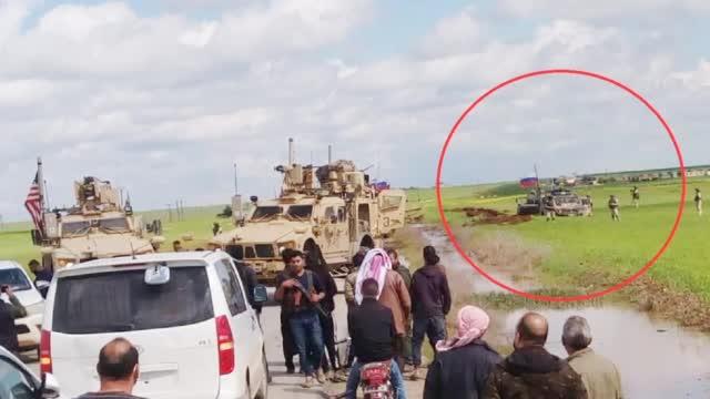 尴尬!俄装甲车队欲绕过美军哨所 却当着美军的面儿陷进泥潭