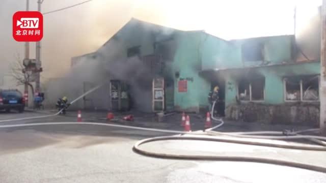 一洗车房起火有残疾人被困火海 消防员手撕塑钢窗解救