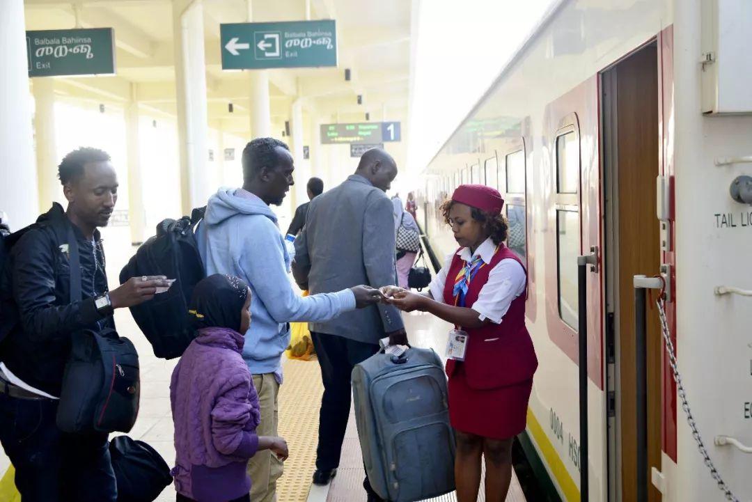 3月25日,在埃塞俄比亚首都亚的斯亚贝巴,列车员在亚吉铁路拉布车站检票。(新华社记者王守宝摄)