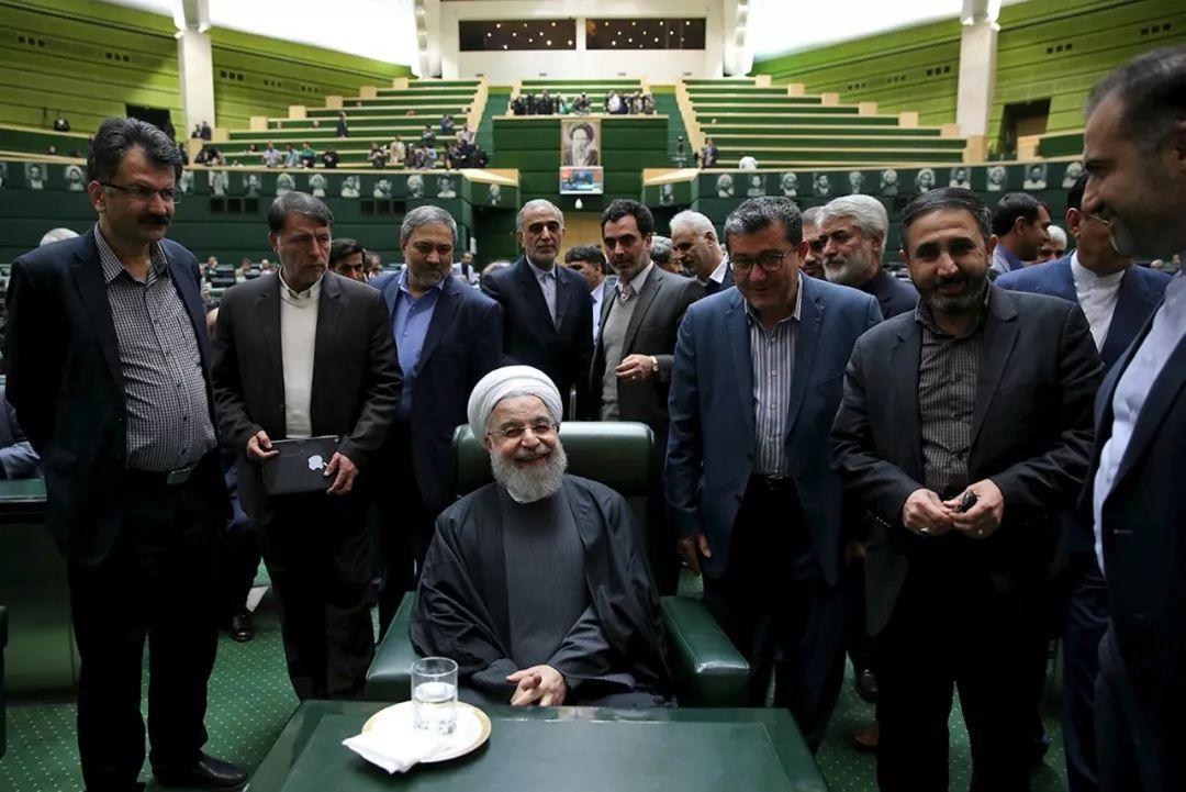 ▲资料图片:伊朗总统鲁哈尼(前中)准备出席议会会议。(新华社发)