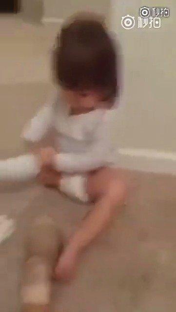 一个小女孩在妈妈的鼓励下,乖乖把义肢戴上