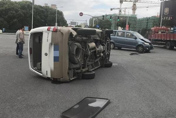 崇明鼓浪屿路,一面包车闯红灯被撞侧翻180度掉头