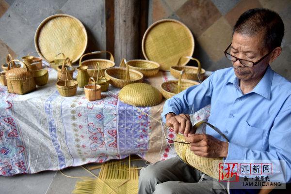 在武义璟园景区开了一家竹编工艺品工作室,他制作的竹篮,茶葫芦,簸箕