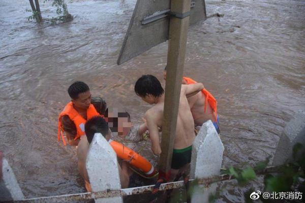 北京怀柔暴雨一女子遇险被困 消防成功救援