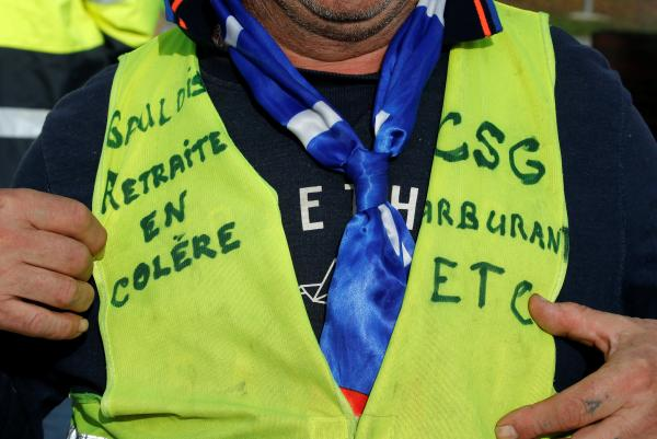 當地時間2018年12月5日,法國Sainte-Eulalie,人們身穿黃背心遊行示威抗議政府上調油價。 視覺中國 圖