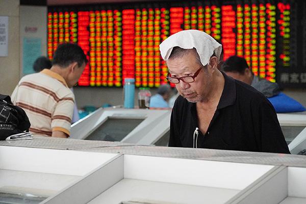 2019年9月5日,江苏省南京市,股民在某证券营业部关注着行情。 IC 图