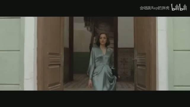 那些秒杀观众的绝美电影镜头!颔首的莱昂纳多、性感妖娆的寡姐