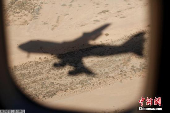 """图为2015年1月27日,""""空军一号""""在飞过沙特阿拉伯沙漠上空的影子。"""