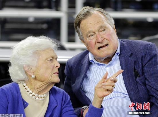 资料图:美国前总统乔治·HW·布什与夫人芭芭拉·布什。